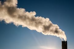 Rauch vom Kamin lizenzfreie stockbilder