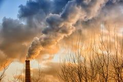 Rauch vom Kamin Stockfotos