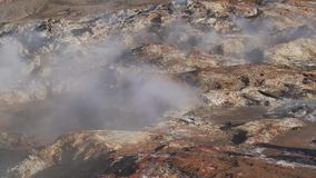 Rauch von den Geysiren im Tal stock video footage