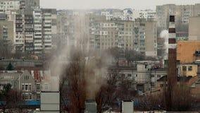 Rauch von den Kaminen stock footage