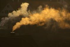 Rauch von einem Kamin Stockbild