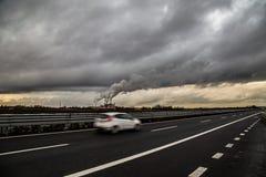 Rauch von einer Industrie auf der Autobahn Stockbilder