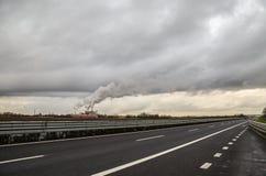 Rauch von einer Industrie auf der Autobahn Lizenzfreie Stockfotos