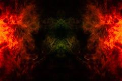 Rauch von verschiedenen orange und roten Farben in Form von Grausigkeit in Form des Feuers auf einem schwarzen lokalisierten Hint stockfotos
