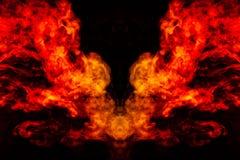 Rauch von verschiedenen orange und roten Farben in Form von Grausigkeit in Form des Kopfes, des Gesichtes und des Auges mit Fl?ge stockfotografie