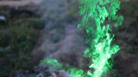 Rauch, wenn Sie durch ein grünes Laser-Zeitlupevideo belichtet werden stock footage