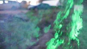 Rauch, wenn Sie durch ein grünes Laser-Zeitlupevideo belichtet werden stock video footage