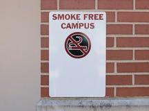 Rauchen auf dem Campus verboten lizenzfreie stockfotos