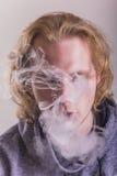 Rauchen des jungen Mannes Lizenzfreie Stockfotografie
