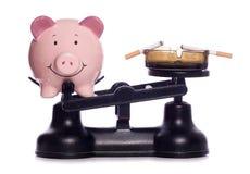 Rauchen einer Geldverschwendung Stockbild