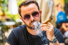 Rauchen einer Zigarre stockfotos