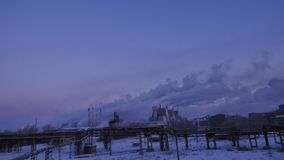 Rauchen Sie das Kommen von den Kaminen eines großen Industrieunternehmens Timelapse Sonnenuntergang an einem großen Industrieunte Lizenzfreie Stockbilder