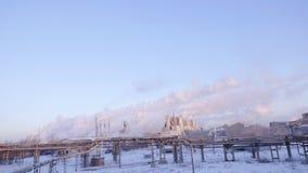 Rauchen Sie das Kommen von den Kaminen eines großen Industrieunternehmens Timelapse Sonnenuntergang an einem großen Industrieunte Lizenzfreie Stockfotos