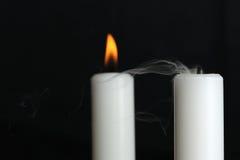 Brennende und geblasene heraus Kerze mit Rauche Lizenzfreies Stockfoto