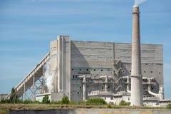 Rauchen Sie von den Rohren in der Anlage und die Umwelt verunreinigen Schmutzige Luft im Himmel Lizenzfreies Stockfoto