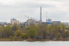 Rauchen Sie von einem industriellen Rohr auf einem Forest Park und einem See Lizenzfreies Stockbild