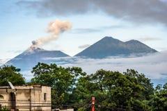 Rauchen Sie Wogen vom Ausbrechen von Fuego-Vulkan in Guatemala lizenzfreie stockfotos