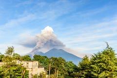 Rauchen Sie Wogen vom Ausbrechen von Fuego-Vulkan, Guatemala lizenzfreie stockfotografie