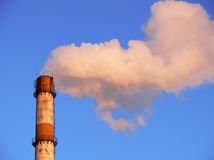 Rauchende Fabrikrohrnahaufnahme Stockfotos