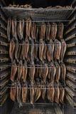 Rauchende Fische - geräucherte Heringe Stockfoto