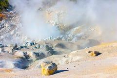 Rauchende Fumarolen von Bumpass-Hölle, vulkanischer Park Lassens, Califor stockfotos