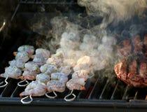 Rauchende Garnele auf dem Grill Lizenzfreies Stockbild