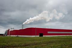 Rauchende industrielle Rohre Rot verschüttet mit Kamin und Rauche Lizenzfreies Stockfoto