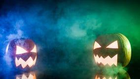 Rauchende Kürbise für Halloween mit Kopienraum Lizenzfreies Stockfoto