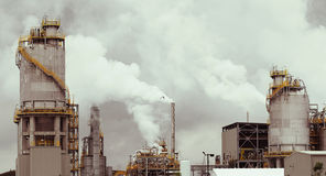 Rauchende Raffinerie Stockbilder