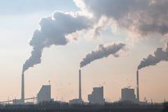 Rauchende Schlote einer Kohle abgefeuerten Energie-Anlage lizenzfreie stockbilder