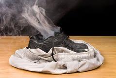 Rauchende Schuhe und Kurzschlüsse Stockfotos