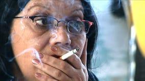 Rauchende und sprechende Frau stock video footage