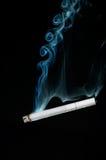 Rauchende Zigarette lizenzfreies stockfoto