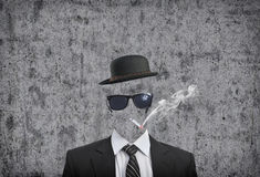 Rauchende Zigarette des Geschäftsmannes lizenzfreie stockbilder