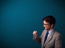 Rauchende Zigarette des jungen Mannes mit Exemplarplatz Stockfotografie