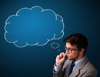 Rauchende Zigarette des jungen Mannes mit Ideenwolke Stockfoto