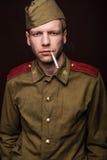 Rauchende Zigarette des russischen Soldaten Stockfotografie
