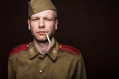 Rauchende Zigarette des russischen Soldaten Lizenzfreie Stockbilder