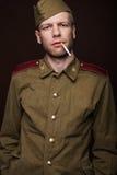 Rauchende Zigarette des russischen Soldaten des zweiten Weltkriegs Stockbilder