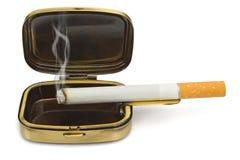 Rauchende Zigarette im Aschenbecher Lizenzfreies Stockfoto