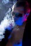 Rauchende Zigarre des Mannes Lizenzfreies Stockbild