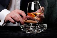 Rauchende Zigarre des Mannes Stockfotos