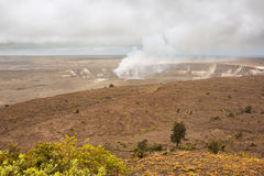 Rauchender Halema-Uma u Krater im Kilauea-Kessel lizenzfreies stockfoto