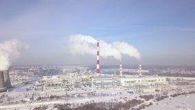 Rauchender Kamin der Vogelperspektive auf Kraftwerk auf Stadtlandschaft Rauchemission vom Kesselrohr auf Wärmekraftwerk in modern stock video