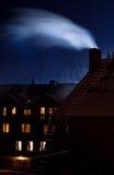 Rauchender Kamin in der Winternacht Stockfotos