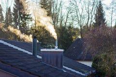 Rauchender Kamin am sonnigen Morgen Stockfotografie