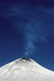 Rauchender Vulkan lizenzfreie stockfotografie