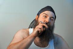 Rauchender weißer reaktionärer Hinterwäldler Stockfoto