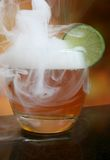 Rauchendes alkoholisches Cocktailgetränk des Weins und des Whiskys Lizenzfreie Stockfotos