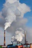 Rauchendes Fabrikrohr stockfotos